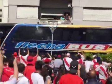 Pedradas y gas pimienta en la llegada de Boca Juniors al Monumental antes de la final de la Copa Libertadores