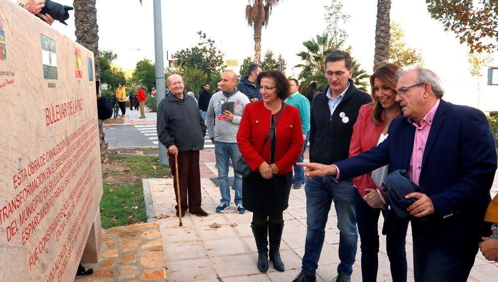 Díaz posa junto al alcalde de Vicar, Antonio Bonilla, la candidata al parlamento de Andalucia, Gracia Fernandez y el secretario general del PSOE Almería, José Luis Sánchez