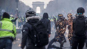 Las fuerzas del orden francesa lanzaron hoy en París gases lacrimógenos