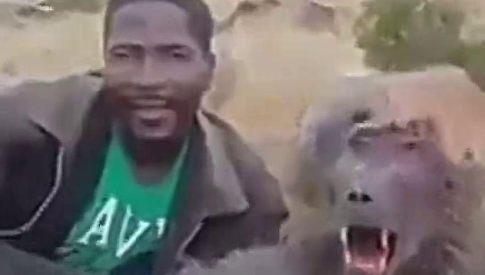 El indignante vídeo que muestra cómo un cazador se burla de un babuino que está agonizando