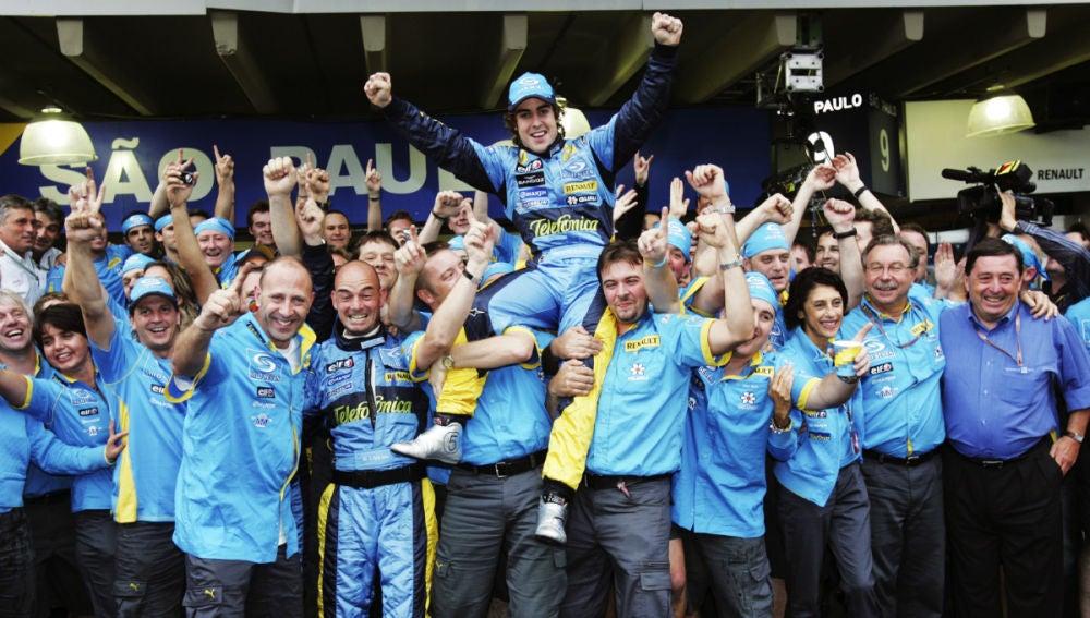 Fernando Alonso celebra el Mundial 2005 con Renault