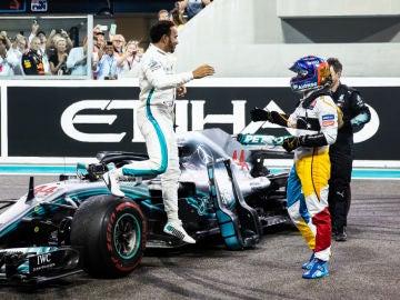 Hamilton saluda a Alonso