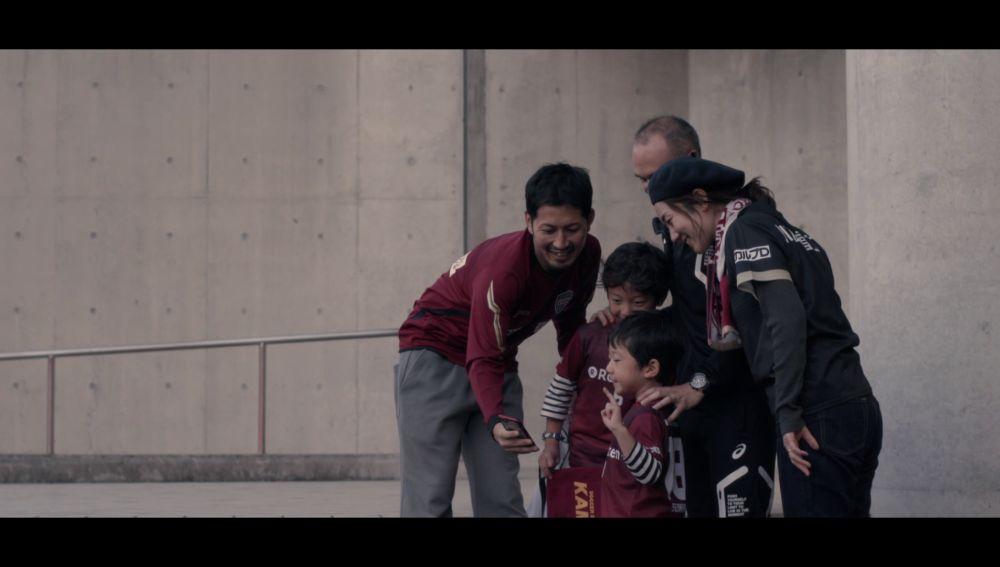 La emoción de Joan y Johan al conocer a su ídolo Andrés Iniesta