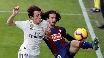 Marc Cucurella pelea un balón con Odriozola