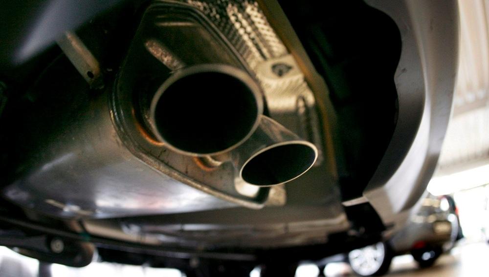 Imagen de archivo del tubo de escape de un vehículo en un concesionario