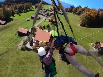 El vídeo del angustioso vuelo de un turista en ala delta al descubrir que no iba atado