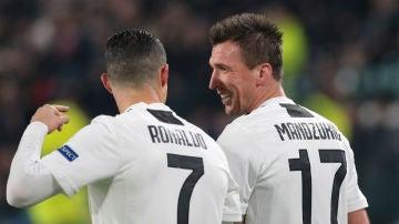 Cristiano y Mandzukic celebran un gol