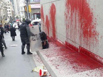Maria Galindo siendo detenida tras la pintada de la fachada del Poder Ejecutivo de Bolivia