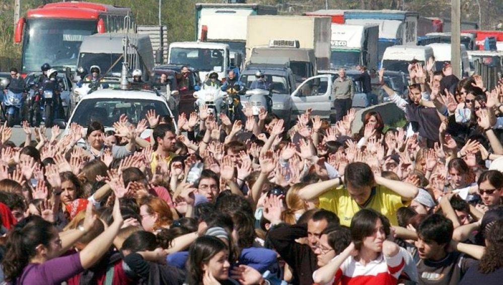 Estudiantes de la Universidad Autónoma de Barcelona cortando el tráfico a la altura de la localidad de Bellaterra