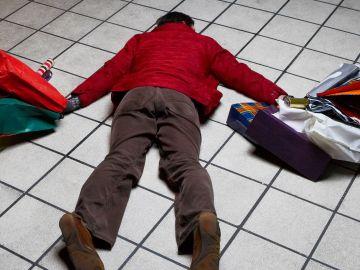 Hombre tirado en el suelo