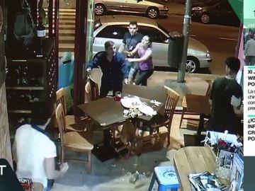 Mesas por el suelo, televisores rotos y agresiones a los clientes: las imágenes de la pelea del 'rey del cachopo' en un bar