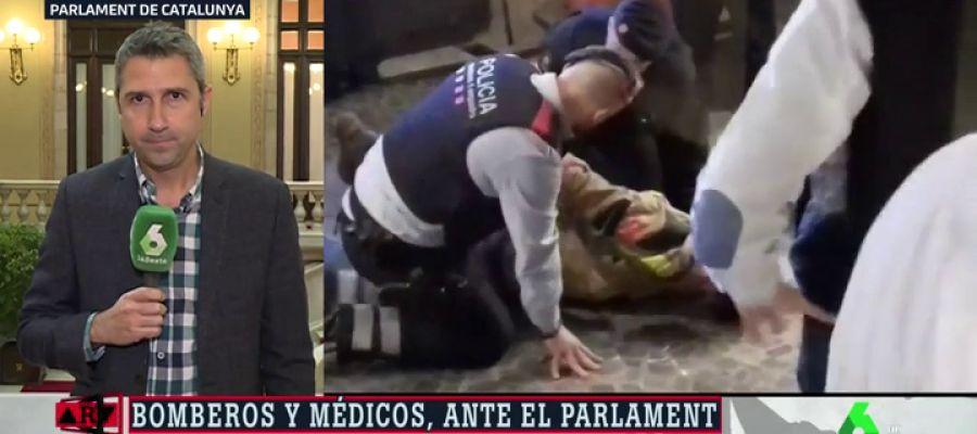 Los Mossos inmovilizan a un bombero que se manifestaba a las puertas del Parlament de Cataluña