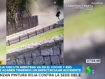 El espectacular accidente en el que el conductor sale volando por los aires