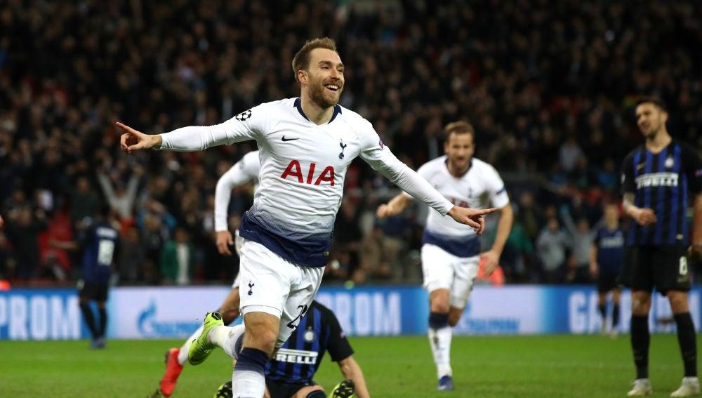 Eriksen celebra su gol con el Tottenham