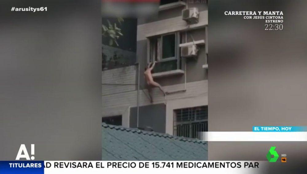 Un hombre desnudo cae por la ventana al intentar esconderse del marido de su amante