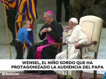 Un niño con autismo corretea delante del papa perseguido por los desconcertados miembros de seguridad