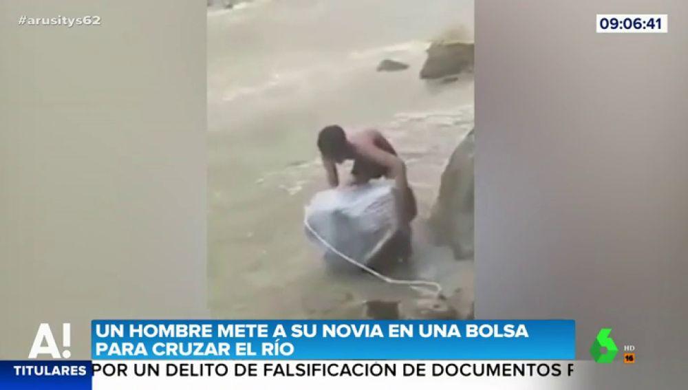 Las imágenes de un hombre que mete a su novia en una bolsa para cruzar un río