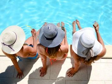Mujeres de vacaciones en un hotel
