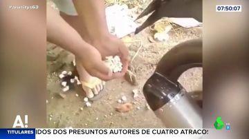 La surrealista forma de hacer palomitas de maíz con el tubo de escape de una moto