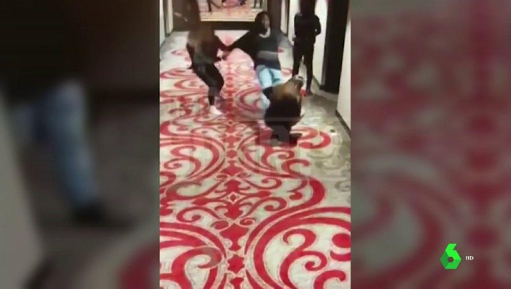 Brutal agresión machista de una estrella de la NFL en un hotel de Cleveland: empuja y patea a una mujer en el suelo