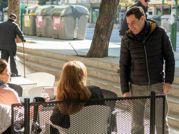 Juanma Moreno hablando con dos mujeres en la calle