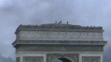 Manifestantes okupando el Arco del Triunfo de París
