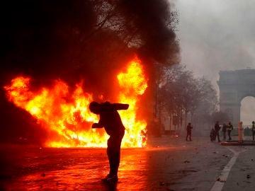 Protestas junto al arco del Triunfo en París