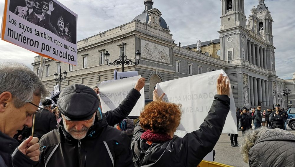 Imagen de la manifestación frente a la Almudena para que Franco no sea enterrado en la catedral