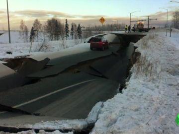 Imagen de una carretera tras el terremoto en Alaska