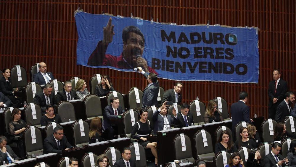 Legisladores del Partido Acción Nacional PAN instalan una pancarta en contra del presidente venezolano, Nicolás Maduro