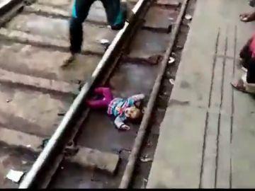 Graban el impactante momento en el que un bebé sobrevive tras pasarle un tren por encima