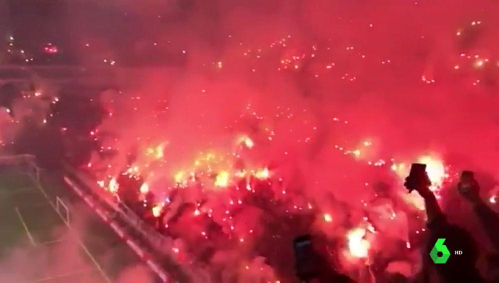 'Infierno' en el entrenamiento del Galatasary: los hinchas turcos llenan las gradas con multitud de bengalas
