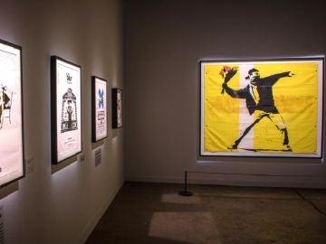 Vista de obras del grafitero británico Banksy durante una presentación en Miami