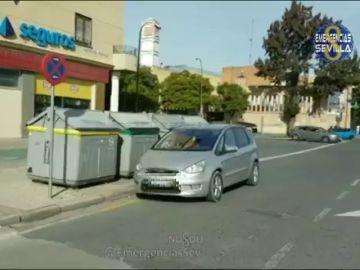 Imagen de un coche mal estacionado en Sevilla