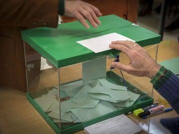 Elecciones generales 2019: Un votante ejerce su derecho introduciendo la papeleta en la urna en un colegio electoral en Sevilla
