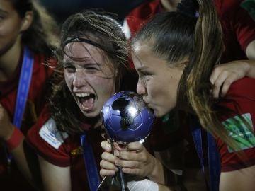Eva Navarro y Claudia Pina besan la Copa tras ganar el Mundial Sub-17