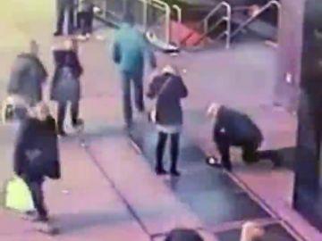Imagen de la pareja que perdió su anillo de compromiso tras caerse por una alcantarilla en Nueva York