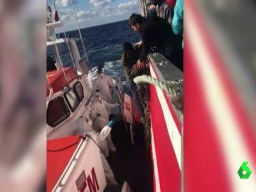 El pesquero 'Nuestra Madre de Loreto' entrega a Malta a los 11 migrantes rescatados en el Mediterráneo