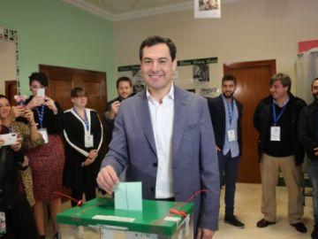 Juanma Moreno en el momento de la votación el 2D