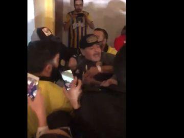 Maradona la emprende a golpes con algunos aficionados