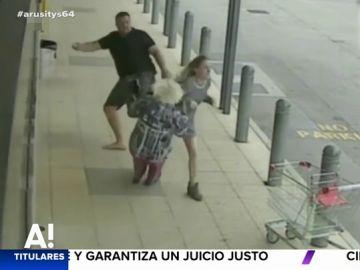 Una anciana cae al suelo después de que un esquizofrénico le diera un patada voladora a su nieta