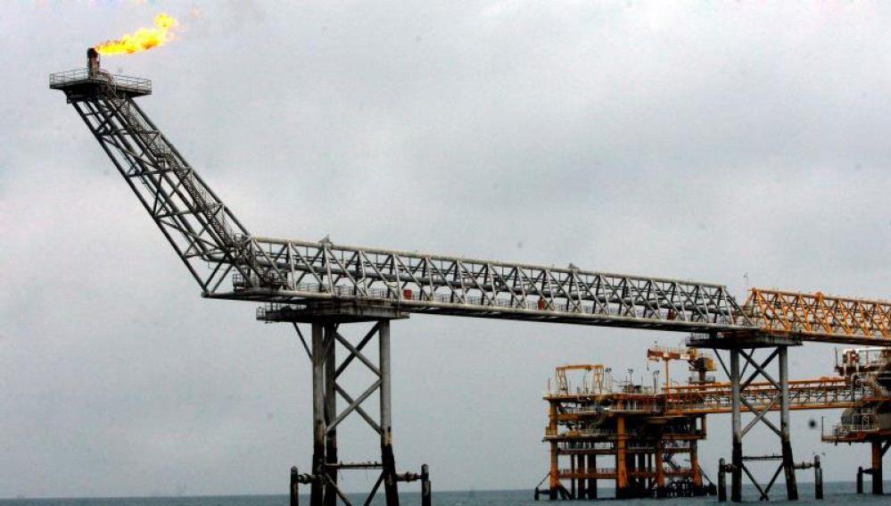 Imagen de una plataforma petrolífera en las aguas del golfo pérsico al límite de aguas de Catar
