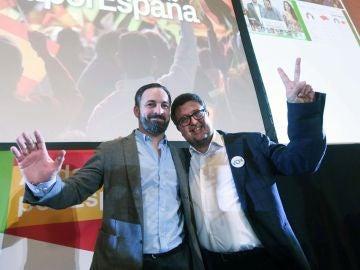 El presidente de Vox, Santiago Abascal, y el candidato a la presidencia de la Junta de Andalucía, Francisco Serrano, tras conocer los resultados del 2D