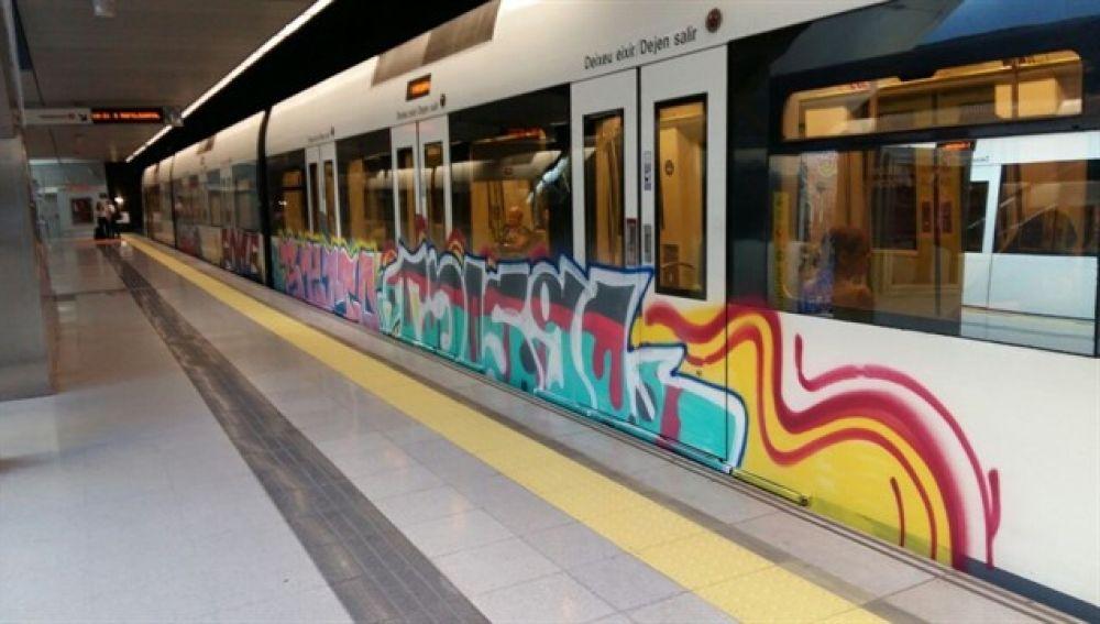 Un tren pintado por grafiteros