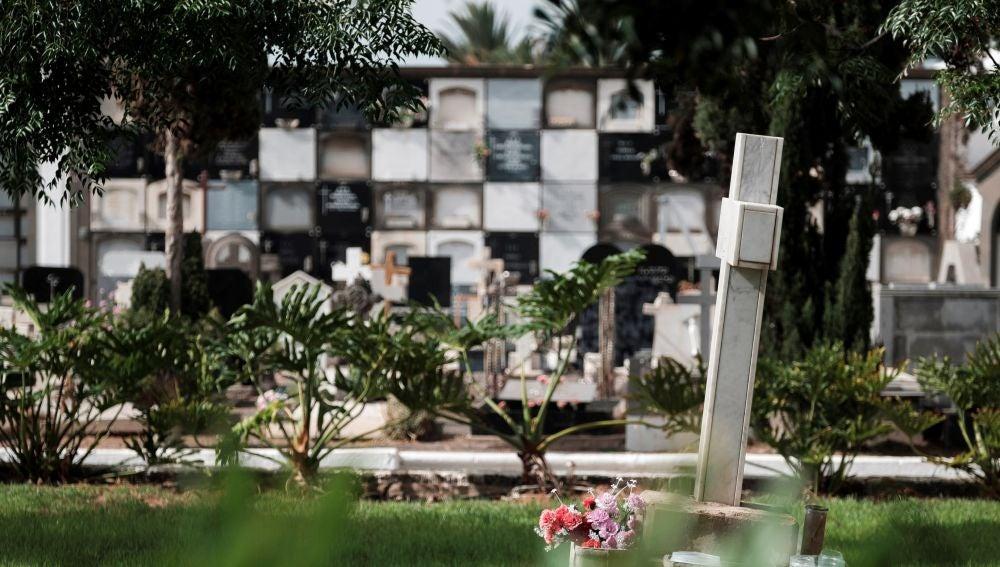 Imagen de la cruz bajo la cual se encuentra la fosa de represaliados del franquismo en el cementerio de Vegueta