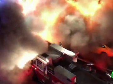 Impresionante explosión en Queens: los bomberos quedan envueltos en una bola de fuego cuando apagaban las llamas