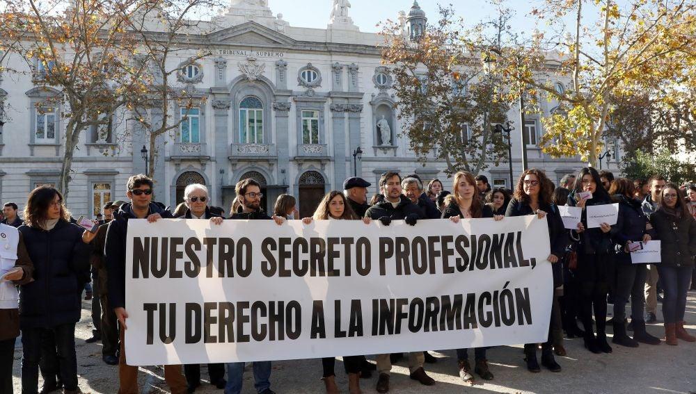 El colectivo de periodistas durante la concentración que bajo su lema