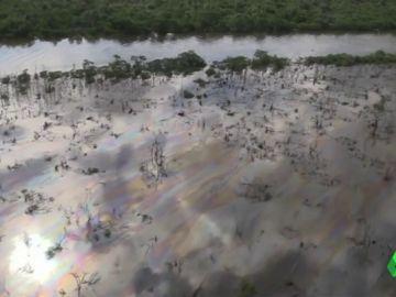 Imagen de la Bahía de Guanabara, en Brasil, inundada por petróleo