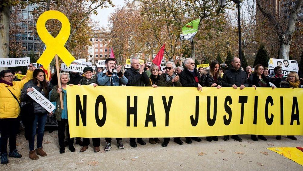Imagen de manifestantes ante el TS para pedir que liberen a políticos presos