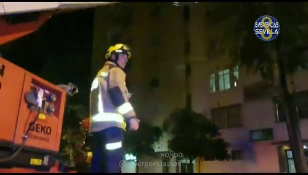 Desalojan un edificio de nueve plantas en Sevilla por un incendio